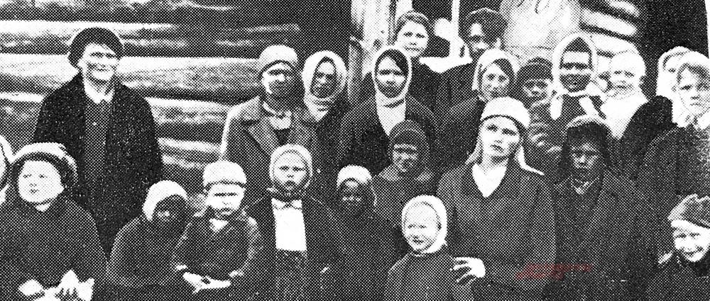 На групповой фотографии - дети-партизаны. В первом ряду (четвёртый слева) - брат Марии Фёдоровны. Эта фотография помещена в книге о вой- не партизан под Себежем «Пылающий лес». Её автор - Владимир Марго, командир пятой Калининской партизанской бригады, в которой как раз и находилась семья Пашниковых.