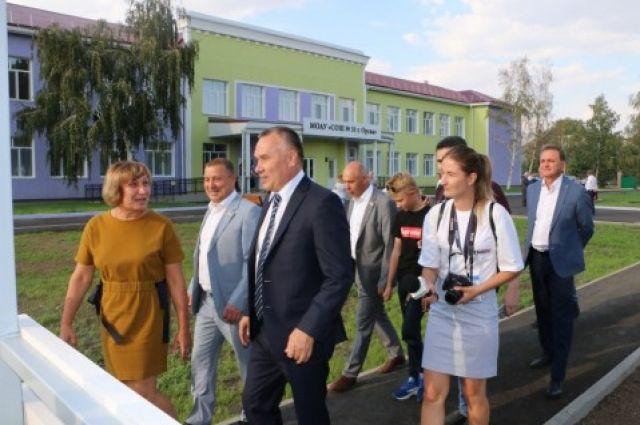В день города Орска школу принимали официальные лица.