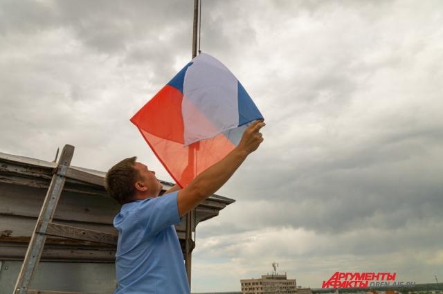 Менять полотна приходится каждый раз, когда флаги рвутся, выгорают или покрываются пылью.