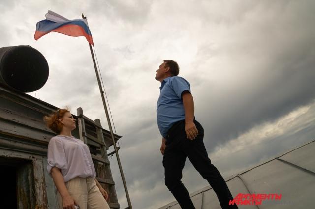 Каждое утро, начиная с 2016 года, Константин Федоров оценивает состояние флагов на крыше мэрии.