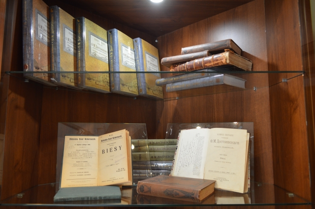 Книги, представленные на выставке в музее.