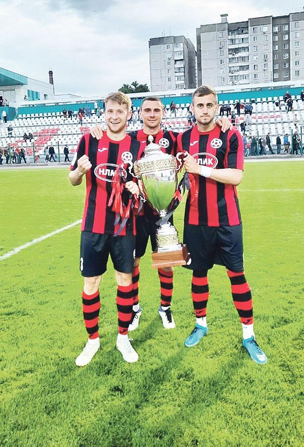 Футболисты «Металлурга» с Кубком победителей ПФЛ.