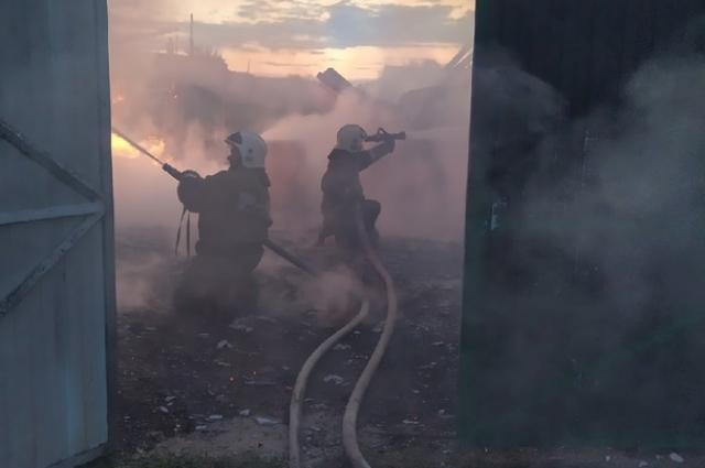 На помощь пожарным пришли спасатели.