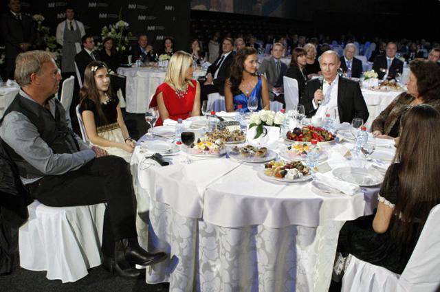 10 декабря 2010 г. Премьер-министр РФ Владимир Путин присутствует на благотворительном концерте в Ледовом дворце Санкт-Петербурга. Слева актёр Кевин Костнер, третья справа актриса Орнелла Мути