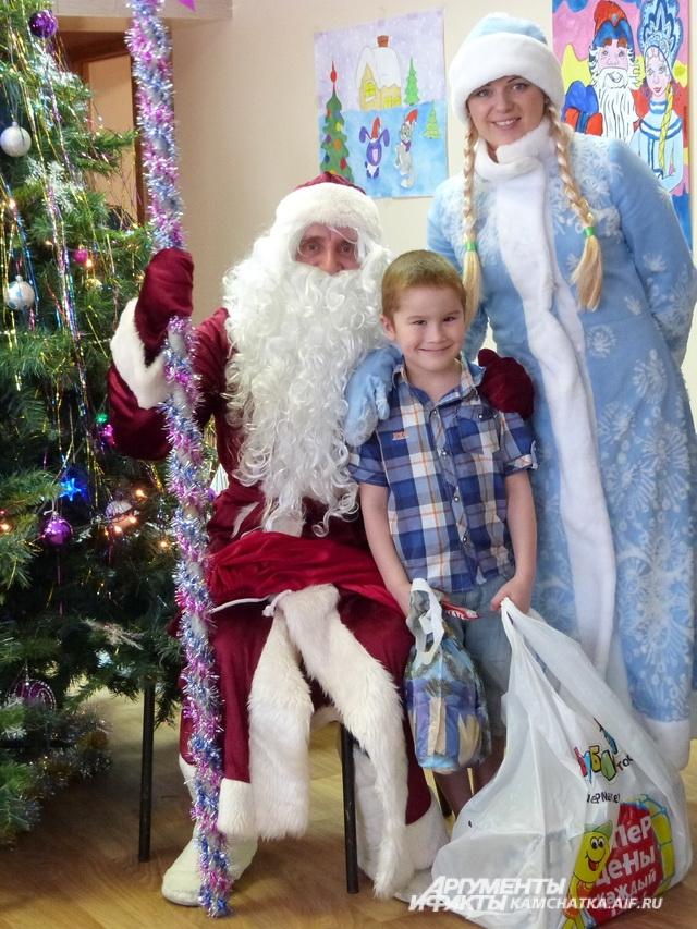Сфотографироваться с Дедом Морозом хотели все ребята.
