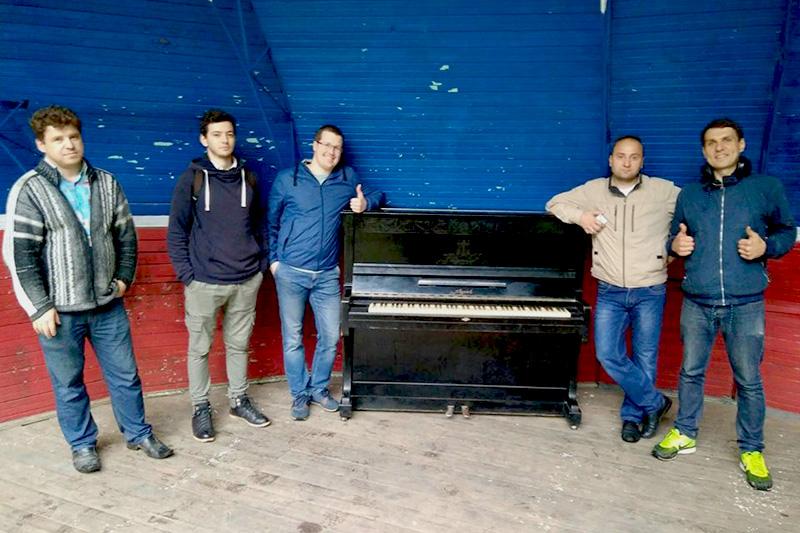 Совсем недавно активисты установили в парке Кирова уже второе пианино.
