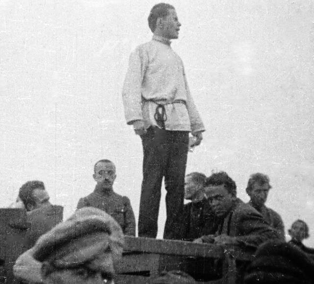 Джон Рид (сидит справа) на митинге в Нахичевани. Азербайджанская ССР.