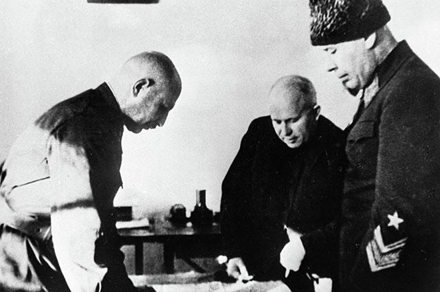 Маршал Советского Союза Семен Тимошенко (справа), член Военного совета Никита Хрущев (вцентре) икомандующий армией Иван Баграмян (слева) укарты боевых действий, 1941 г.