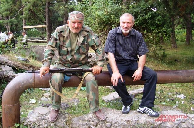 Виталий Калоев с югоосетинским ополченцем в Джаве. 9 августа 2008 г.