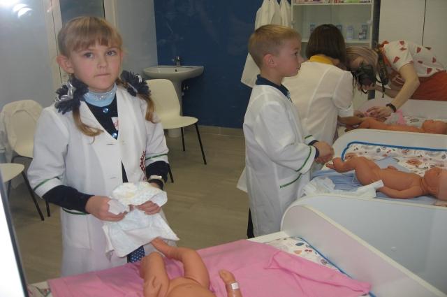 Будущие медики учатся ухаживать за младенцами.