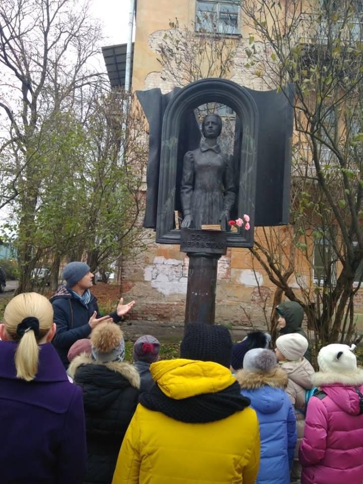 Почему на Калужской улочке появился памятник Софье Перовской? Об этом и многом другом рассказывает Алексей Урусов на своих экскурсиях.
