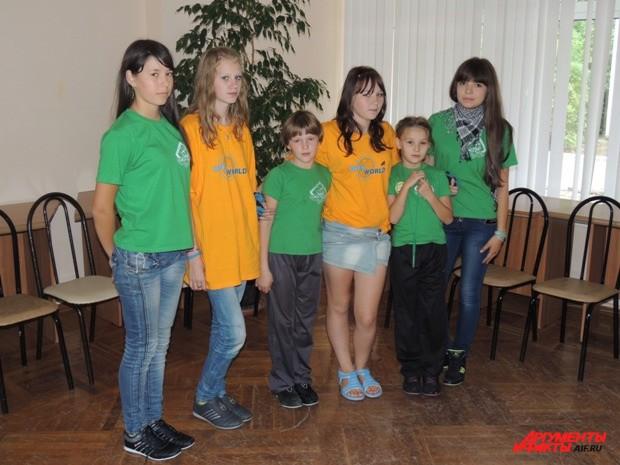 Дети в новых футболках и кроссовках