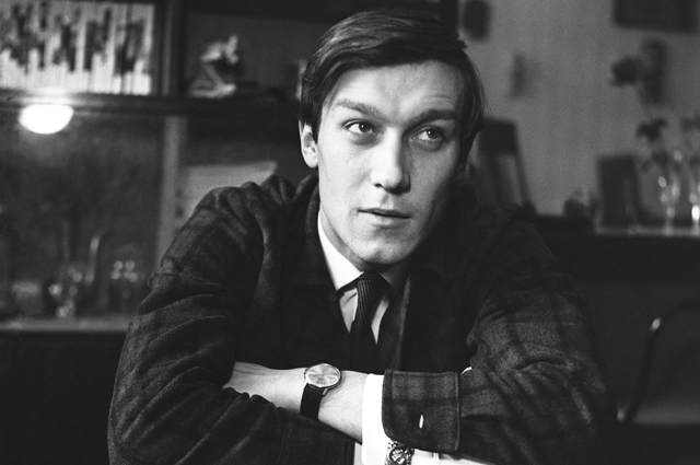Советский актер театра и кино Олег Янковский у себя дома в Саратове. 1970 г.