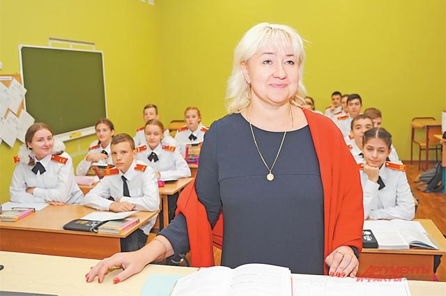 Преподаватель истории Юлия Золотарёва проводит урок дляучеников кадетского класса.