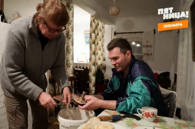 В деревне под Кунгуром Андрею пришлось учиться чистить грибы.