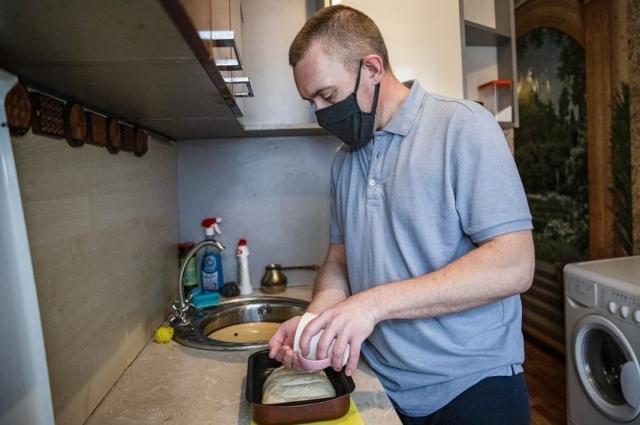 Павел ориентируется на кухне лучше других домочадцев.