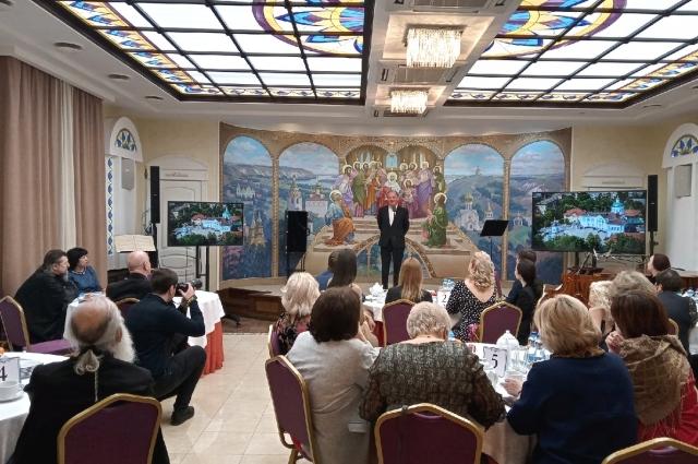 Актер Михаил Васьков выступает перед гостями вечера.