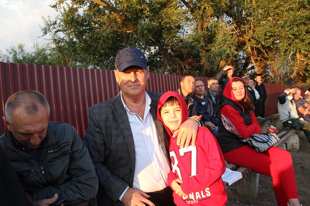 Иван Алексеенко пришёл на матч с внуком.