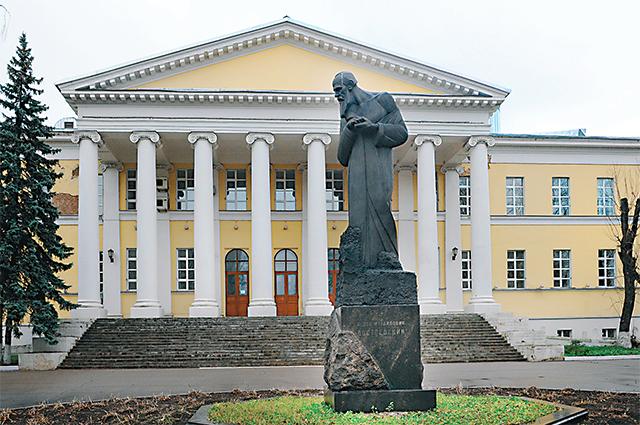 (5) Столичной Мариинкой называли больницу для бедных (сейчас это Клиника фтизиопульмонологии). Штаб-лекарем в ней служил отец Достоевского. В больничном флигеле родился будущий писатель, теперь здесь его музей-квартира