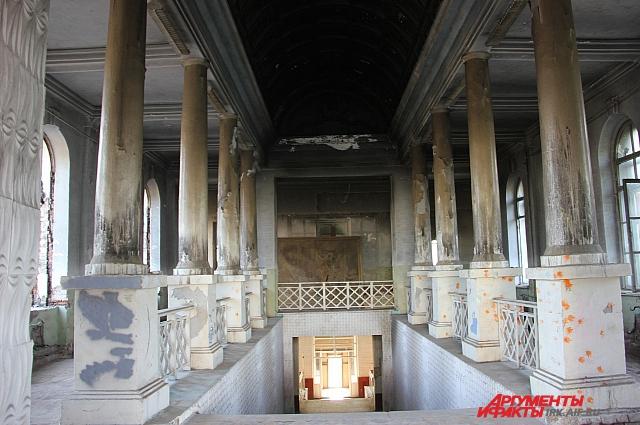 Величественные в прошлом колонны Иркутского авиационного училища.