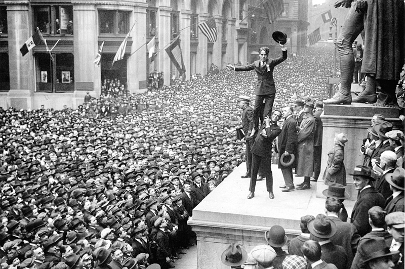 Чарли Чаплин на Уолл-стрит в Нью-Йорке
