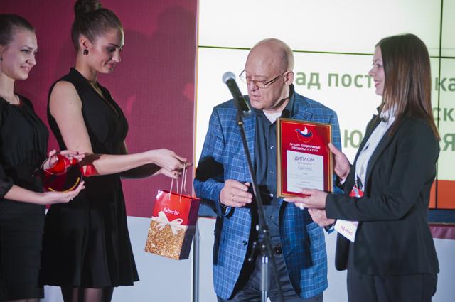 Компания «Адамас», PR-директор Сазонова. Евгения получает награду от хоккеиста, олимпийского чемпиона Владимира Петрова