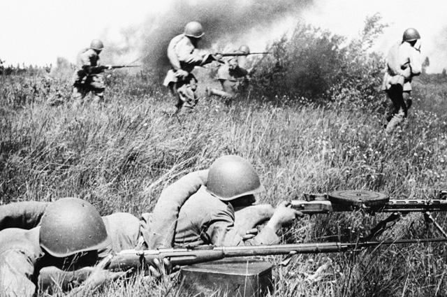 Бойцы Красной Армии, идущие в атаку.