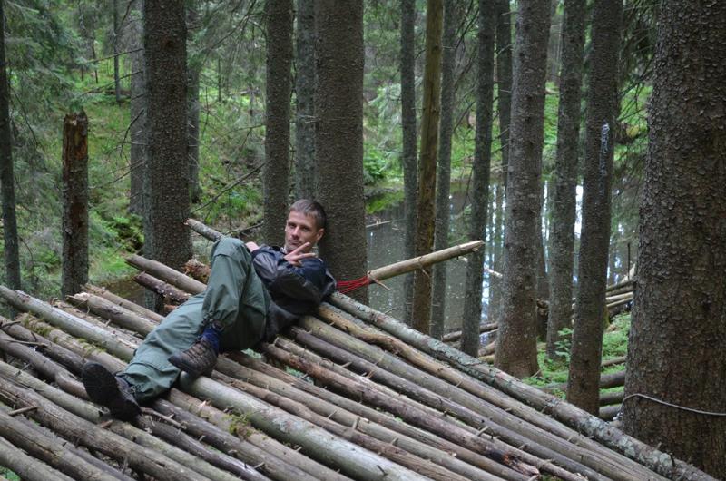 Главная цель реалити-шоу – строительство дома из подручных средств – верёвок, стволов деревьев и так далее.