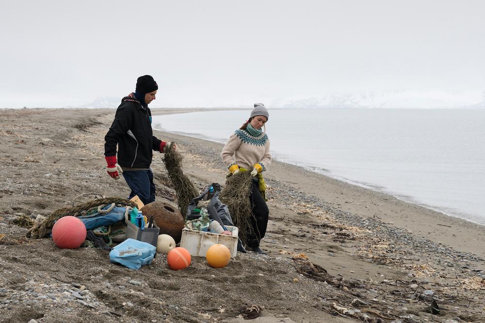 Участники экспедиции нашли на пляже буи и пластиковые сети.