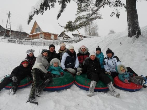 С наступлением холодов члены большой семьи катаются с горок, вместе отмечают зимние праздники