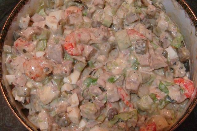 Помимо креветок и кальмаров, в салат можно добавить мидии.