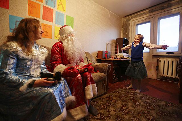 Катя очень ждала Деда Мороза и Снегурочку, потому что на шумные праздники ей ходить нельзя