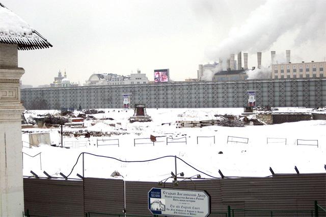 Пустырь на месте снесённого здания. Вид от Старого Английского двора. Зима 2012 года