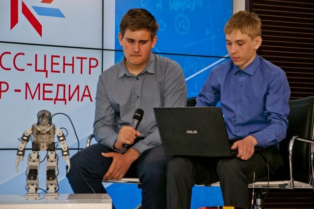 Роли в работе над проектом ребята распределили: Николай занимался сборкой, а Дмитрий - программированием.