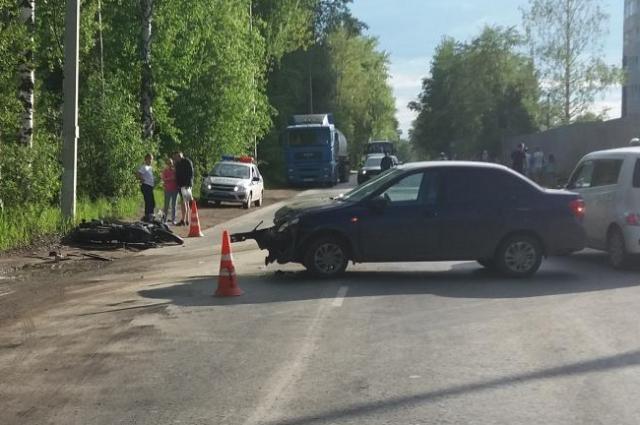 После столкновения с легковушкой мотоциклиста увезли в больницу.