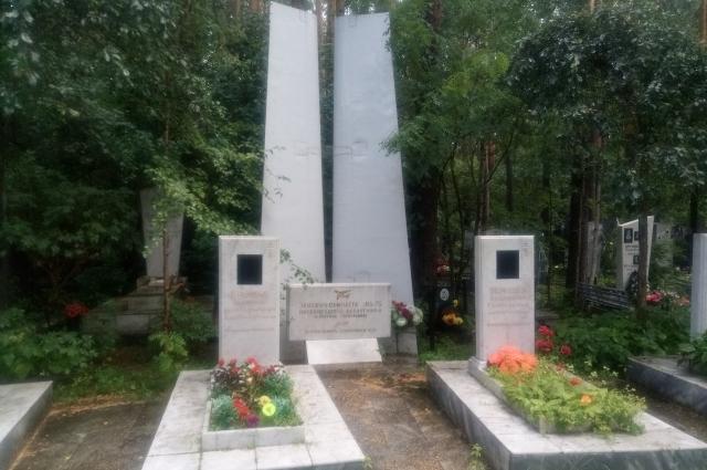 Обелиск на могилах свердловских летчиков