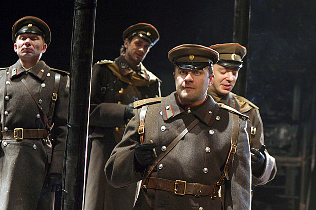 Михаил Пореченков на сцене МХТ им.Чехова в спектакле Белая гвардия . 2007 год