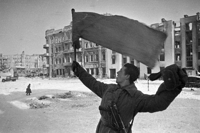 В освобождённом Сталинграде.