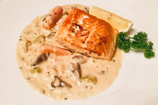 Стейк из лосося с итальянским соусом.
