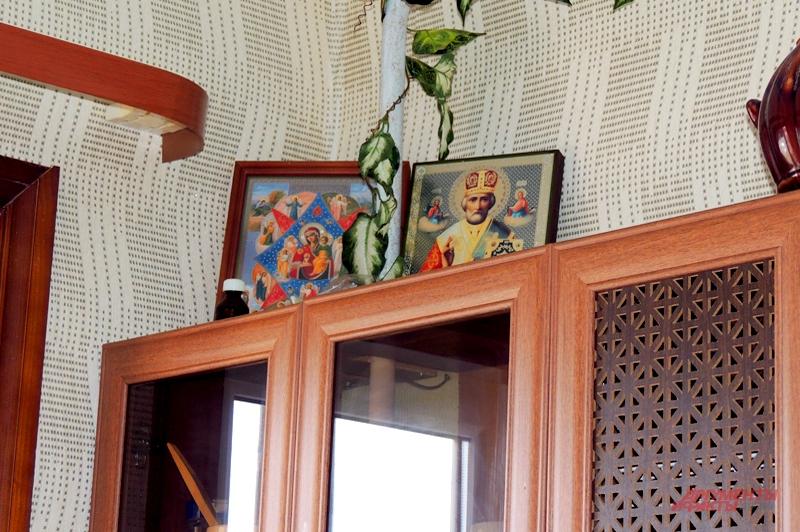 Иконы стоят в углу на кухне на всякий случай
