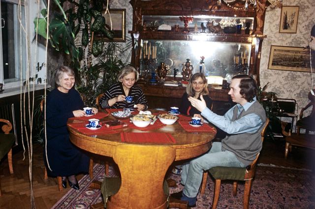 Юлия Хрущева (вторая слева) с членами семьи (слева направо): Рада Аджубей (Хрущева), ее дочь Ксения и Иван Аджубей (сын Рады).