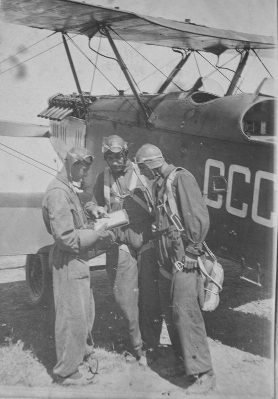 Степанян (первый слева) перед учебным полетом на Р-5