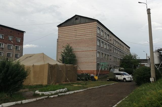Волонтеры жили в помещении аграрного техникума, а в техникумовском общежитии, что за ним, разместили пострадавших от наводнения.