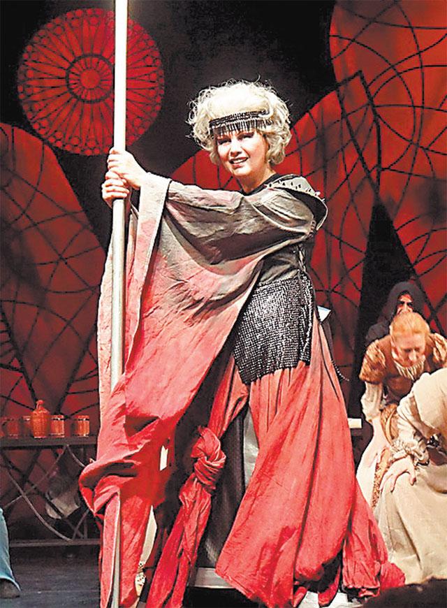 «В Театр Джигарханяна меня пригласили вкачестве музыкального руководителя постановки легендарного мюзикла «Белая ворона». Явыходила насцену вобразе Столетней войны»,– вспоминает Шведова.
