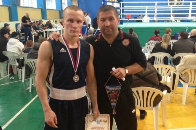 Павел Шишлов (справа) и боксер Дмитрий Кулаков