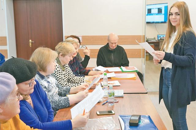 Преподаватель в занимательной форме обучает «долголетов» азам английской грамматики.