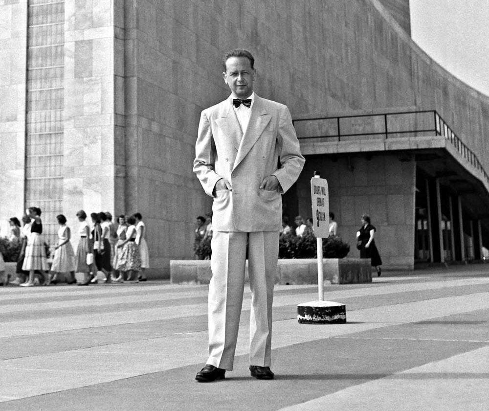 Даг Хаммаршельд у здания ООН.
