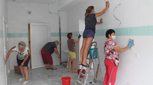 Поддержать строителей и медиков решили учителя - они сейчас наводят порядок в отстроенной поликлинике.