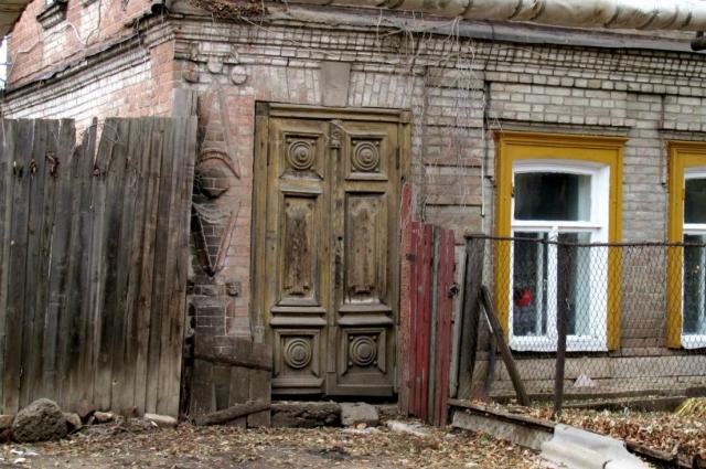 Иногда догадаться о том, что полуразрушенный дом – это памятник архитектуры, можно лишь по табличке.