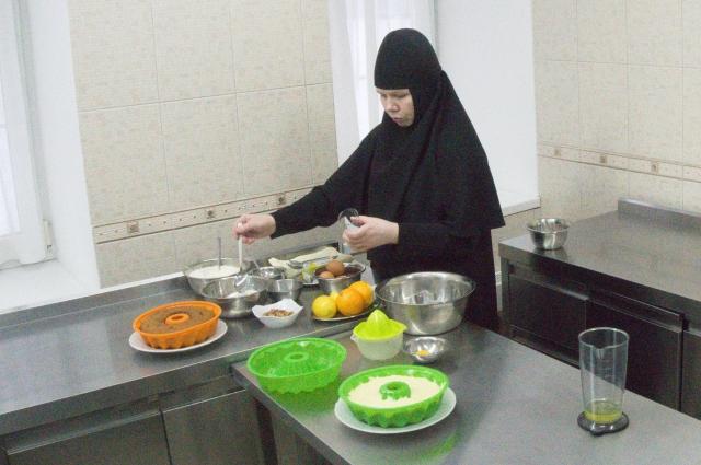 Монахини готовят праздничный пирог по рецепту императорской семьи.